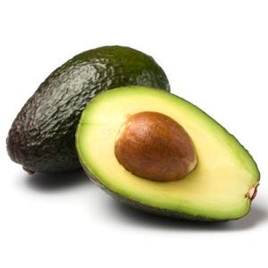 ganze und halbe reife avocado isoliert auf weissem hintergrund